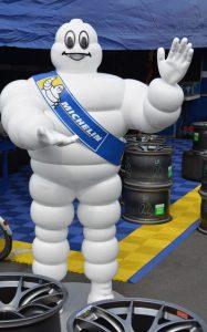 Nicht Kultur, sondern Kult ist Bibendum, das Michelin-Männchen, welches sich hier  auf der FIA World Endurance Championship am 21. Juli 2016 auf dem Nürburgring zeigt. (#1)