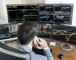 Wer einigermaßen lukrative Zinsen erwirtschaften möchte, legt sein Geld längerfristig an. (#03)