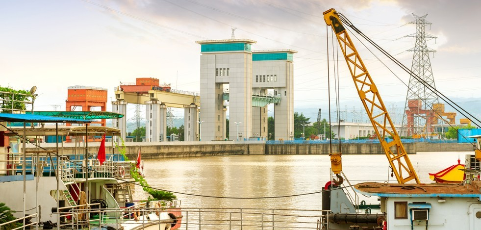 """Die Gezhouba-Talsperre bei Yichang darf sich als Vorläufer des """"Drei Schlucht Projekt"""" verstehen. Die Talsperre sorgte mit ihrer Gesamtleistung von 2.715 Megawatt für eine Linderung der Energieknappheit Chinas. (#1)"""