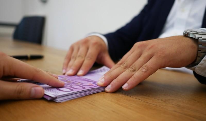 Es wird unter anderem mitgeteilt, dass in Kooperation mit der SWK-Bank besonders hohe Kredite zu realisieren sind, wobei sich die Summen auf bis zu 100.000 Euro belaufen.