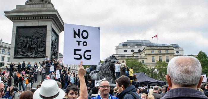 """""""5G-Netz gefährlich!"""" Über 12.000 skeptische Online-Suchanfragen über 5G täglich in USA (Foto: shutterstock - JessicaGirvan)"""